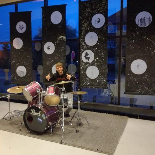 Trommeslager, trummesæt og bannere